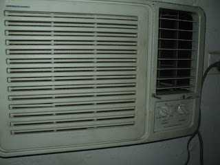 Aire acondicionado de ventana bota agua hacia el frente