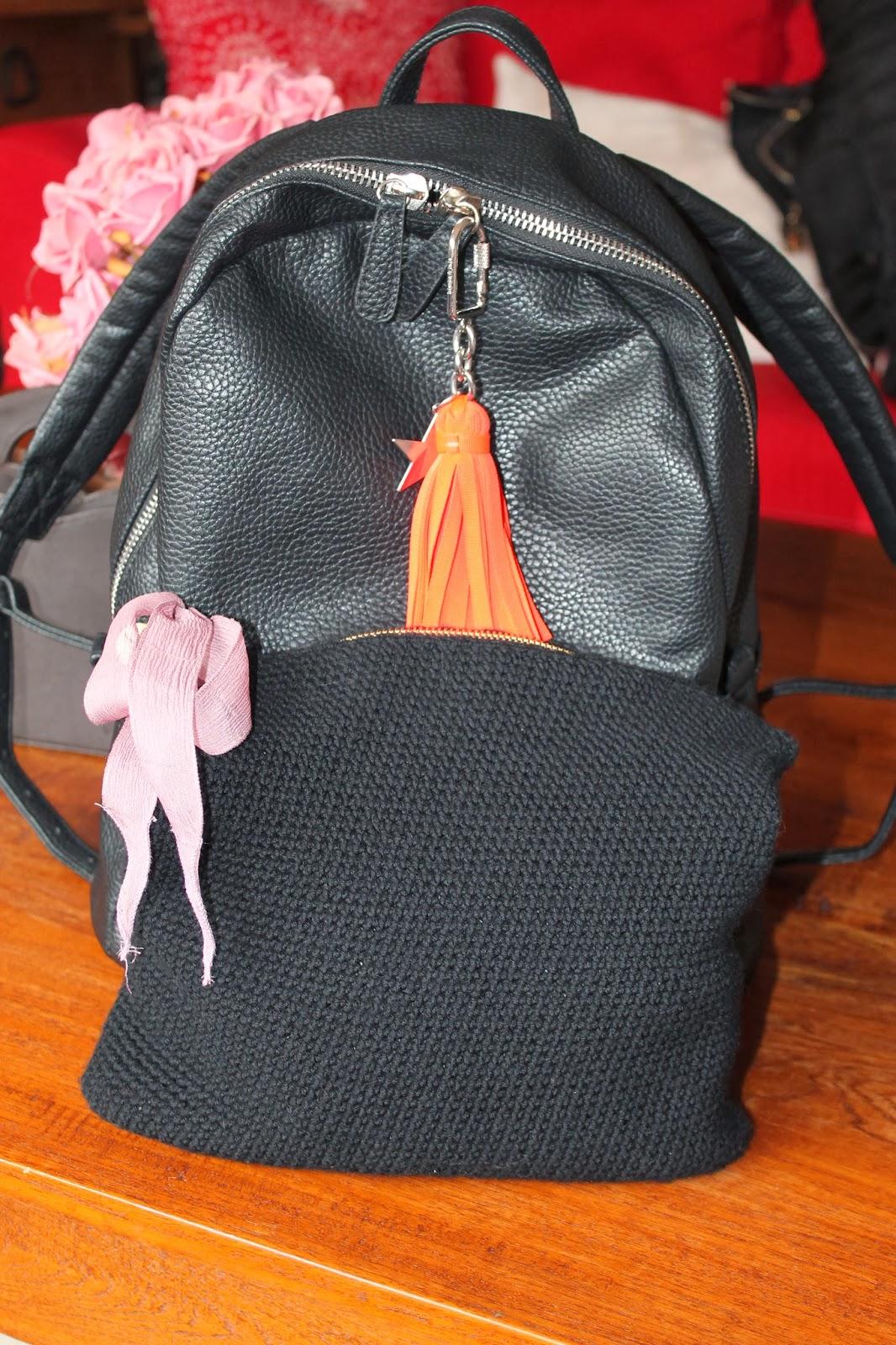 Mochila Springfield y bolso de mano negro de ganchillo