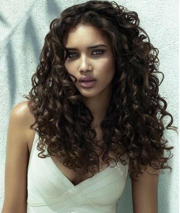 Los 25 peinados para cabellos rizados que adoramos de Pinterest - Peinados Para Cabello Muy Rizado