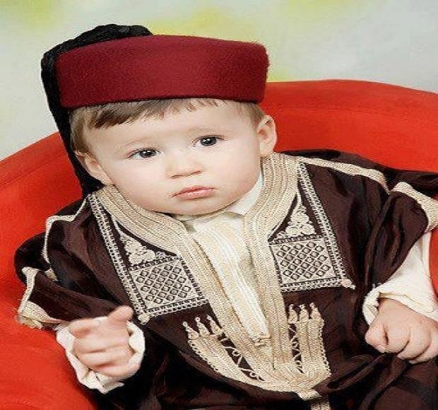 Un bébé mimi qui est vêtue traditionnellement