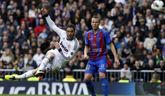 Higuain scores a superb goal against Levante