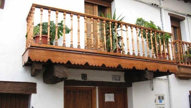 23 original pergolas de madera para balcones for Balcones madera exterior