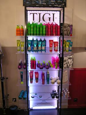 Mise en place d'un éclairage à LED sur l'étagère de produits TIGI.
