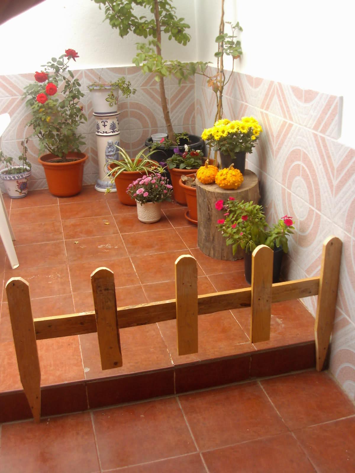 Crea y decora en madera decorativas vallas para adornar for Setas decorativas para jardin