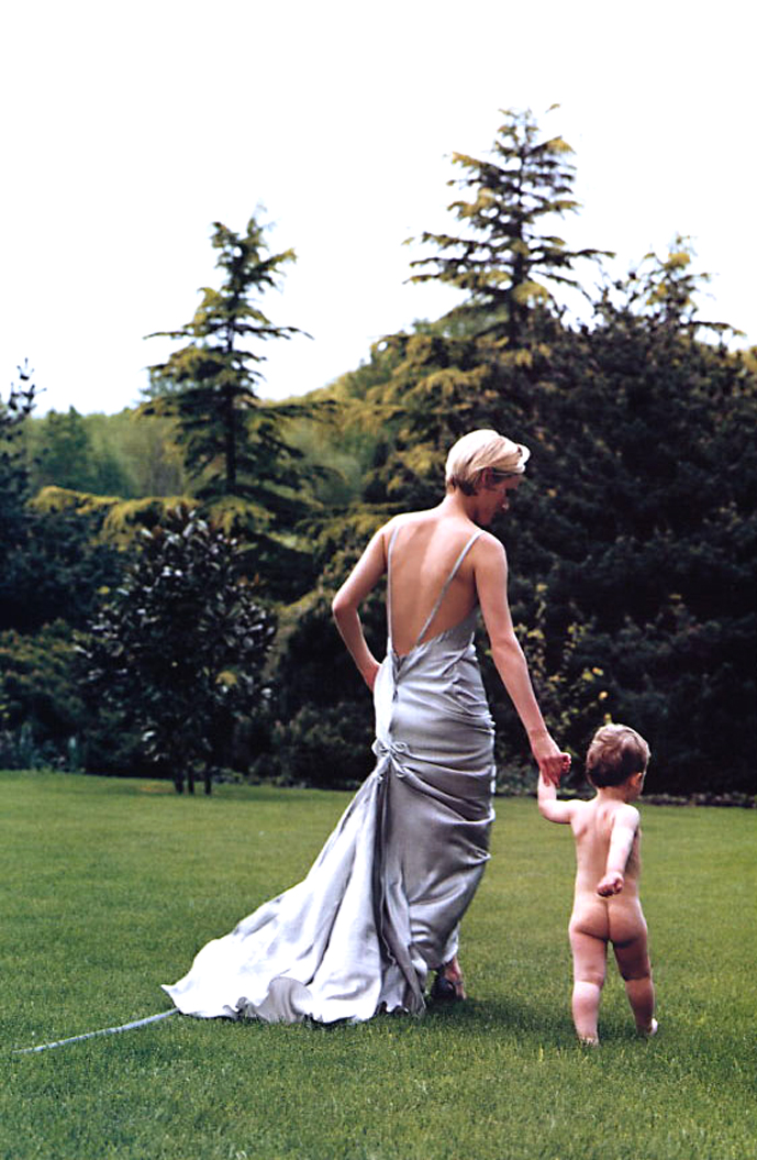 Amber Valletta in Growing with glamour / Vogue US July 2002 (photography: Annie Leibovitz, styling: Camilla Nickerson) via fashioned by love british fashion blog
