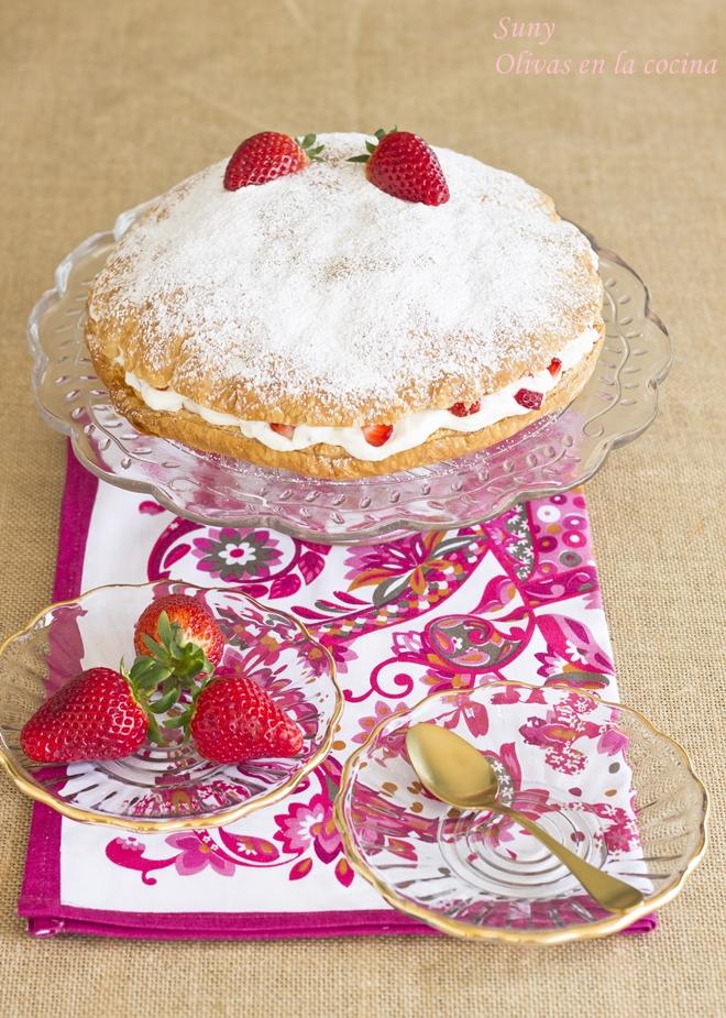 Tarta de hojaldre con nata y fresas