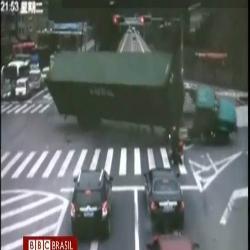 Caminhão tomba, esmaga moto, mas motorista se salva