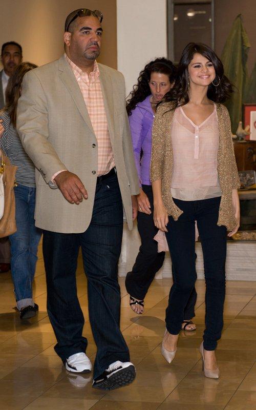 Selena: Candids y Apariciones Públicas #3 - Página 2 Selena-gomez-filadelfia-003