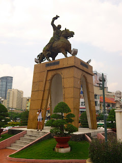 Patung berkuda Jenderal Tran Nguyen Han. Letaknya di Distrik 1, tidak jauh dari Pham Ngu Lao, di seberang pasar Ben Thanh.