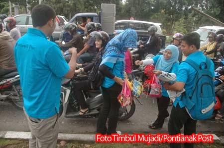 Aksi Berjualan Koran di Jalanan