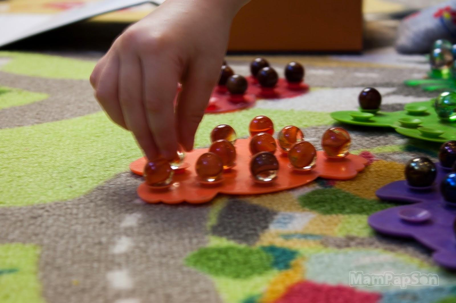Сортировка шариков по силиконовым коврикам
