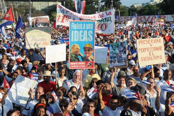 Trabalhadores desfilam pelo 1º de maio em Cuba exaltando o socialismo