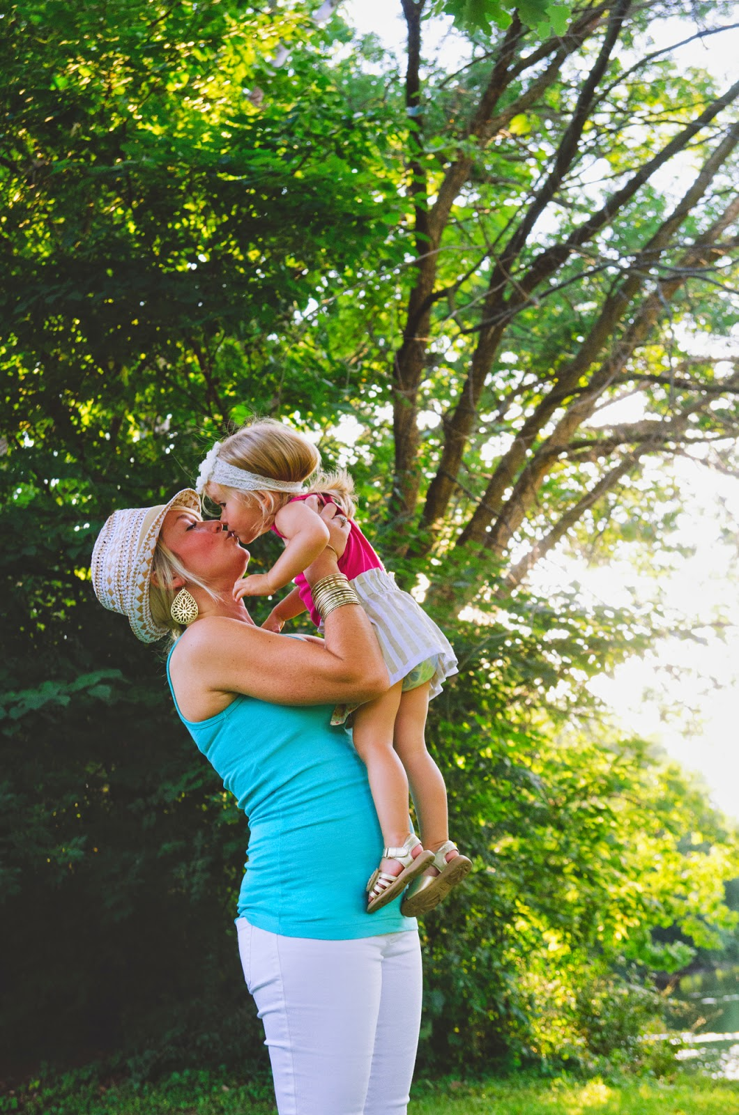One of the best indianapolis family photographers captures mom and baby kisses