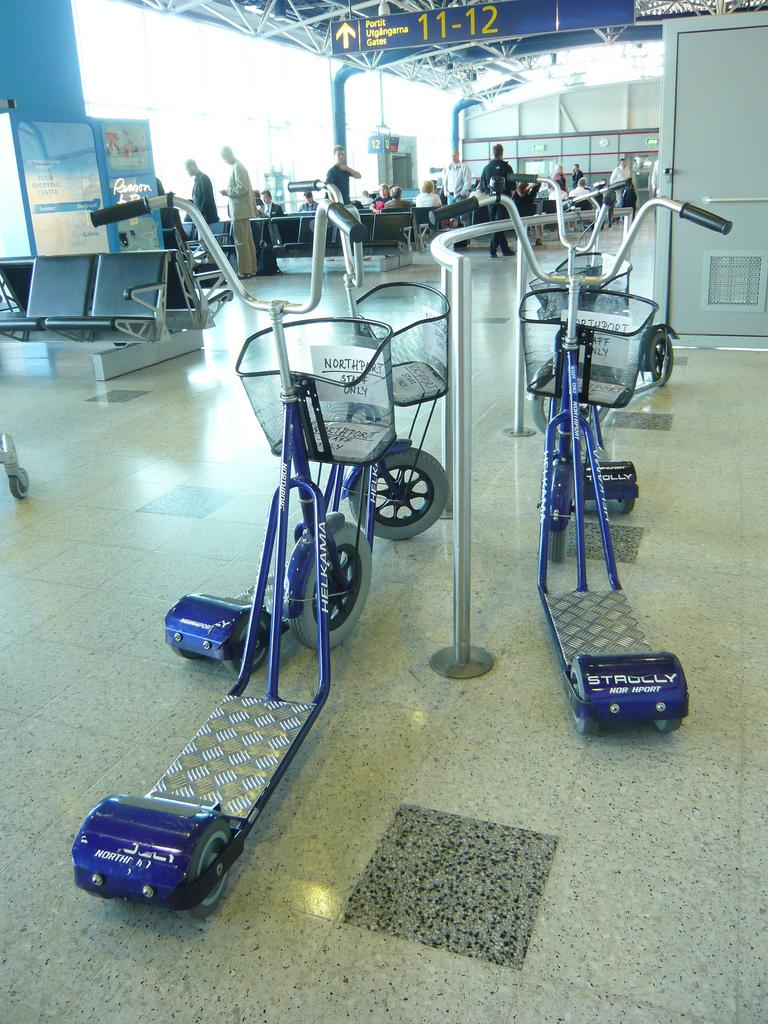 Funcionários de aeroporto utilizam patinete para se locomover