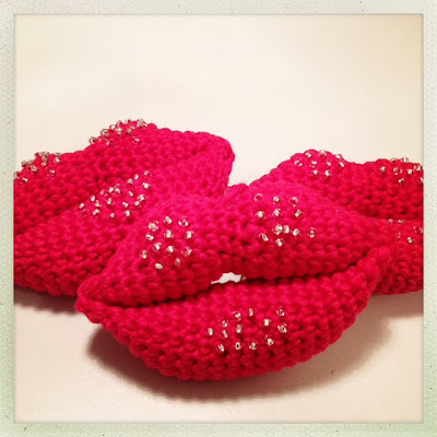 Amigurumi. Hæklede læber med perler. Crochet lips with beads. Christmas kisses.