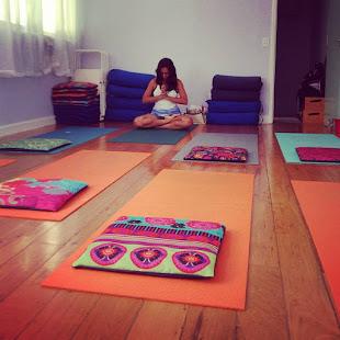 Mariana Soares é uma professora com 21 anos de prática e estudos e filiada à Aliança do Yoga