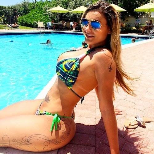 Andressa Urach na beira da piscina