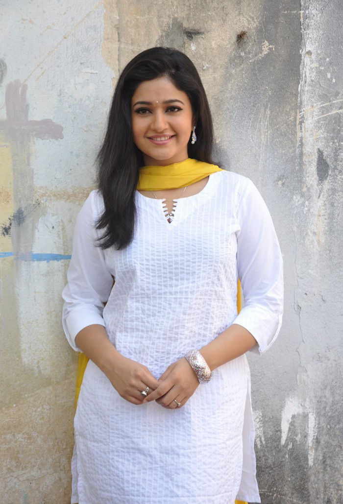 Film Actress India: Poonam Bajwa New Photos