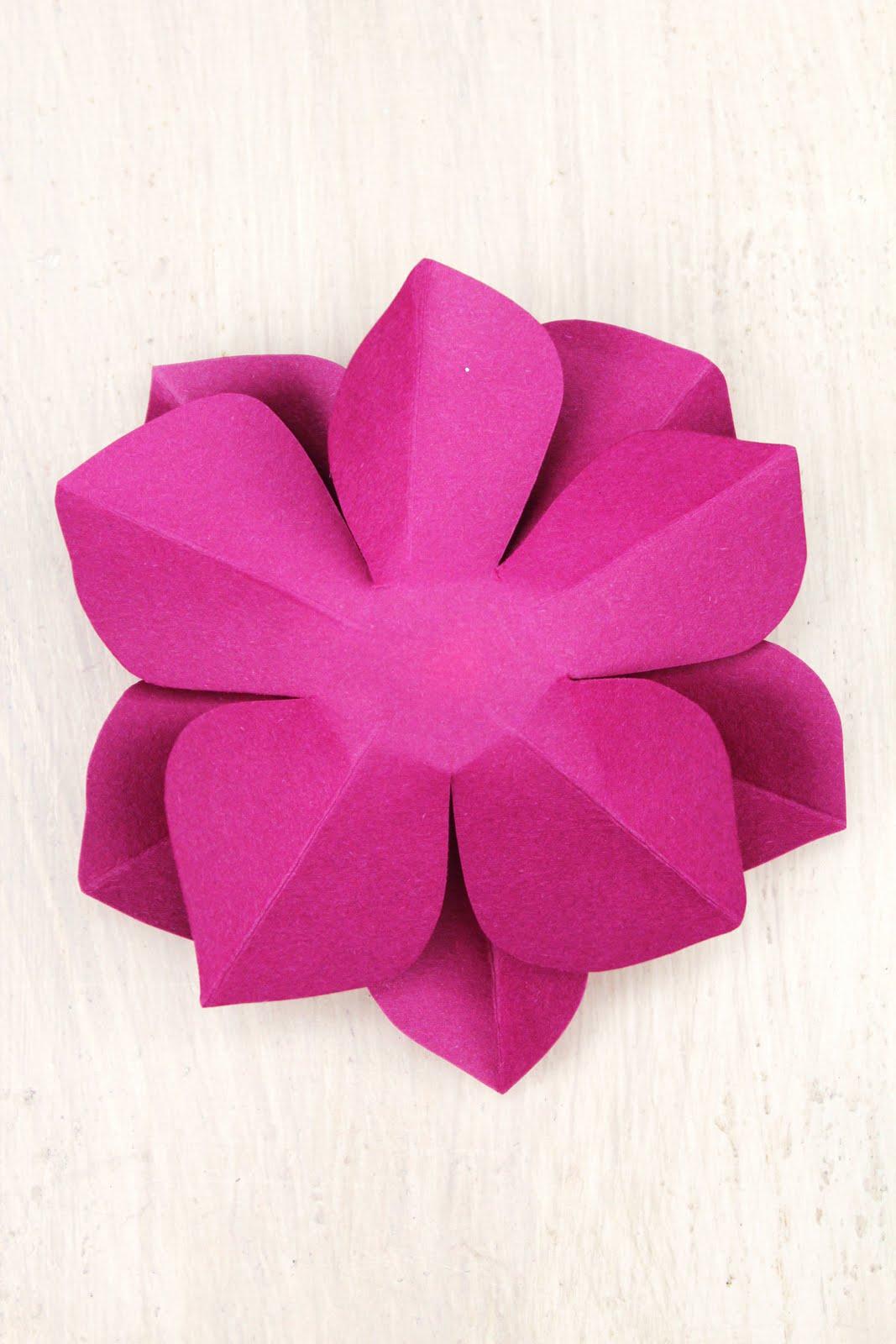 Большие простые цветы из бумаги