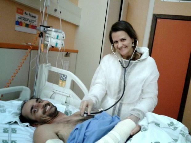 Iane Rezende, irmã de Rui, brinca com ele no quarto do hospital, em Salvador. (Foto: Iane Rezende/ Arquivo Pessoal)