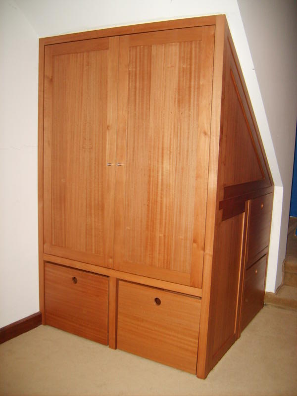 Muebles andrea schoennenbeck closet bajo escalera para for Closet con escalera