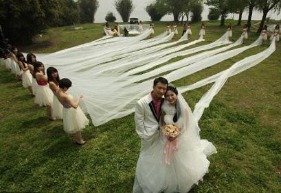 أطول فستان زفاف فى العالم طوله 520 متر ويزن 50 كيلو جرام !!!