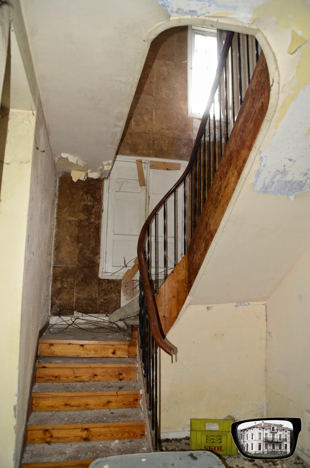 Nos vemos de abandoneo casa con testigos for Escaleras con puertas abajo