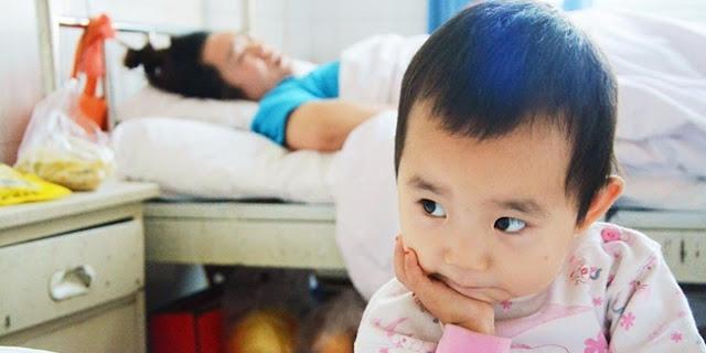 Bocah 3 tahun ini rawat ibunya yang sedang terbaring di rumah sakit