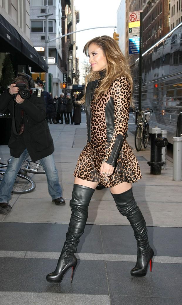 Jennifer Lopez: Look de oncinha e bota de cano alto