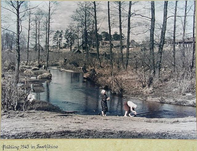 Русские крестьянки стирают белье в реке.