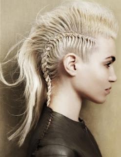 szőke extrém frizura