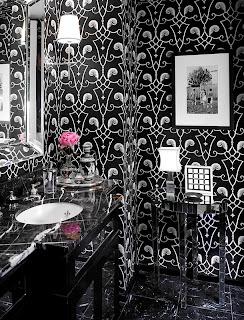 Uso de papel de parede estampado em branco e preto no lavabo