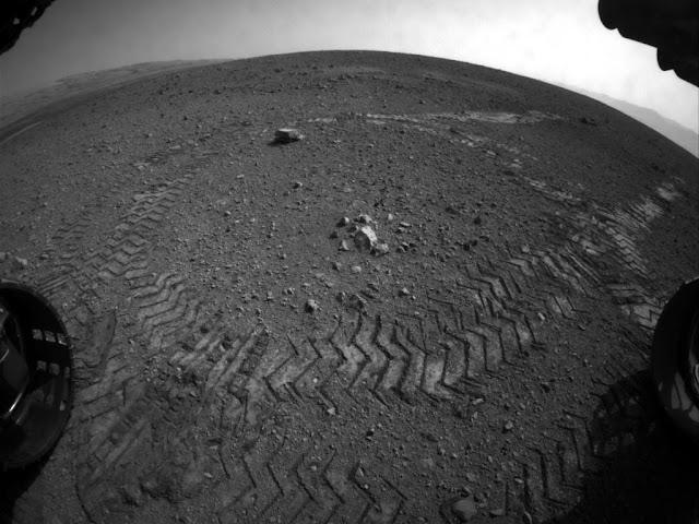 Curiosity faz primeiro test driver em Marte e deixa rastro no solo do planeta vermelho