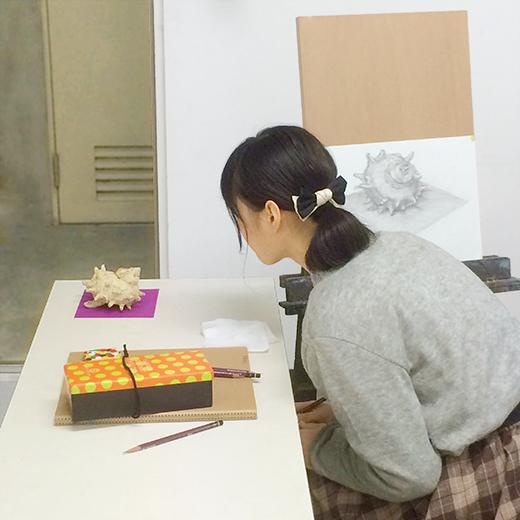 横浜美術学院の中学生教室 美術クラブ どこまで描けるか!「細密デッサン」制作風景5