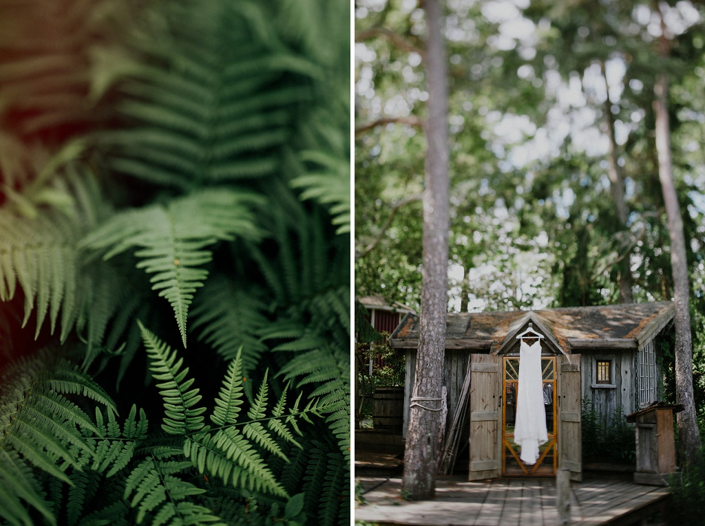 Upphängd bröllopsklänning i dörröppning