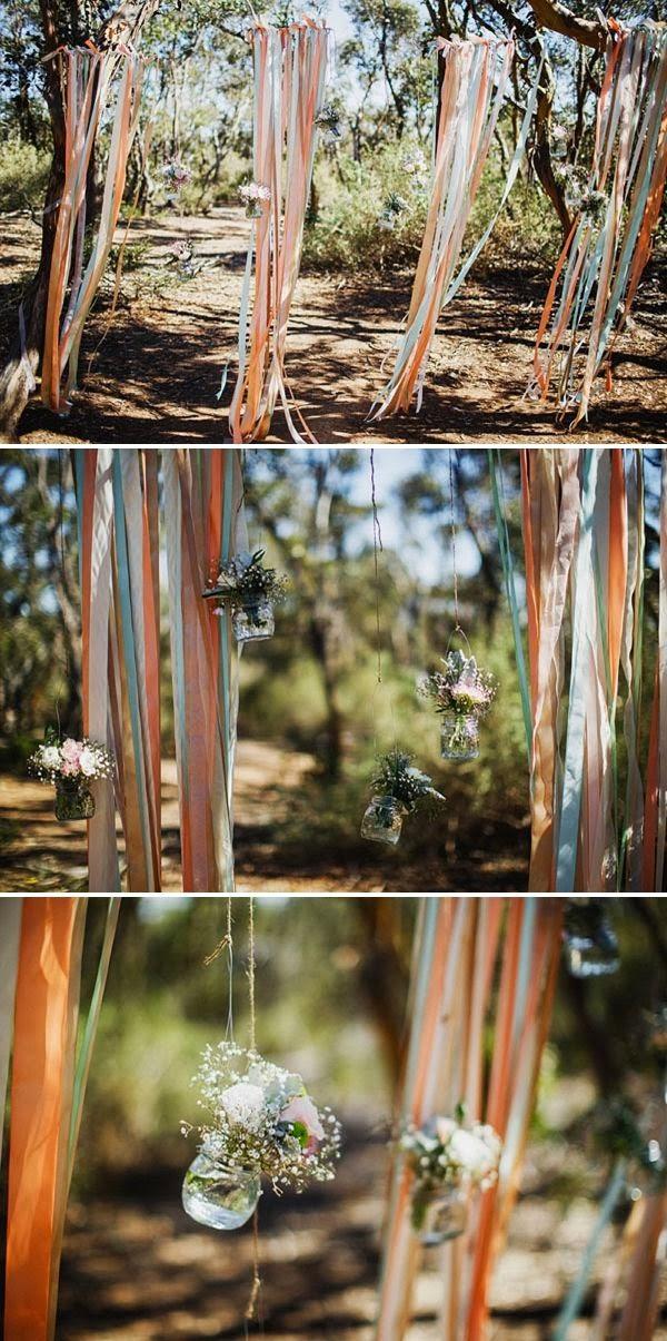 DIY backdrop met gekleurde linten en jampotjes met veldbloemen