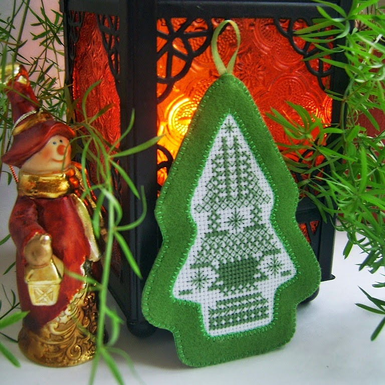 Новогодняя подвеска из фетра с вышивкой