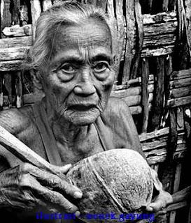 Foto Nenek Bawa Gayung,Nenek Gayung border