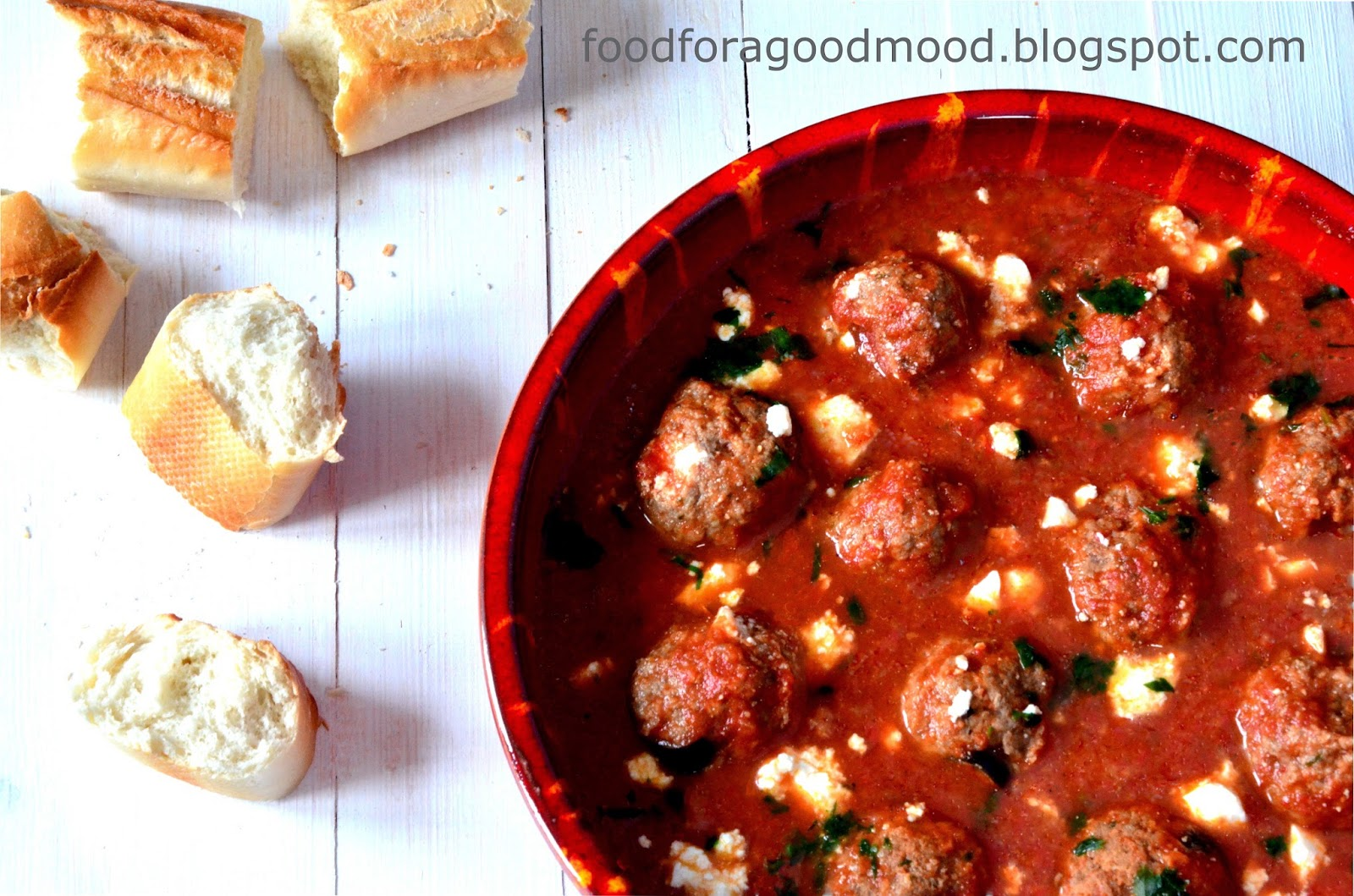 Niby nic. Ot, pulpety w sosie pomidorowym, jednak dodatek brandy do mięsa i sosu spowoduje nie lada zaskoczenie. Pozytywne oczywiście. Do tego feta, oliwki i przecier z dojrzałych w słońcu pomidorów. Smaczne, lekkie danie do konsumowania z bagietką.