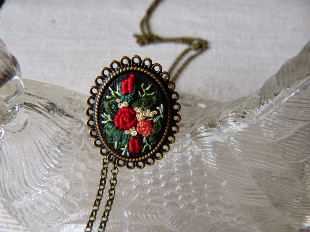 haft rococo, embroidered , haftowane róże, haftowany pierścionek, pierścionek z haftem, embroidered jewerly, pierścionek handmade, vintage, medalion z haftem, handmade jewerly, bullion stitch,