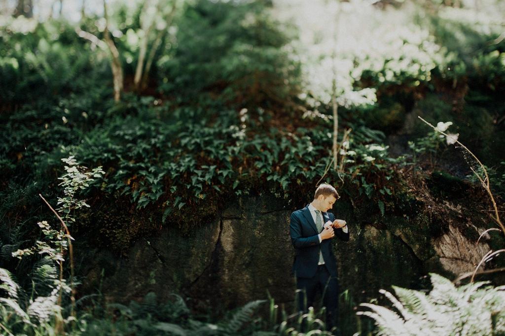 Erik rättar till sin blomma i kavajslaget