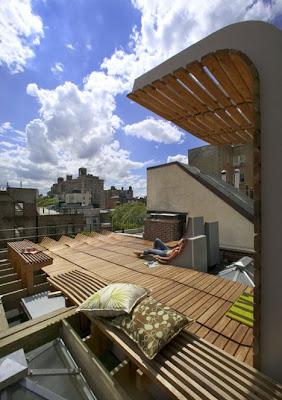 Decoración de una terraza con maderas y plantas en New York