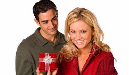 man-giving-woman-present-gift - هدايا متواضعة في عيد الحبّ تشعر حبيبتك  بتميّزها !!!