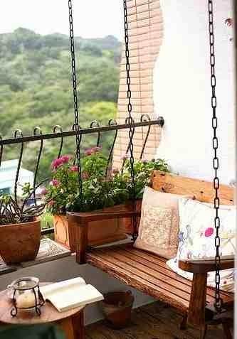 Wisząca ławka na balkonie, aranżacja balkonu
