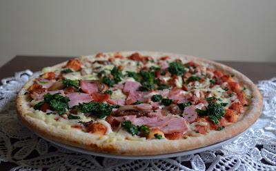 Pizza pełnoziarnista z szynką, serem pleśniowym i szpinakiem