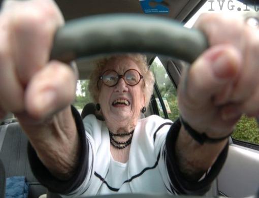 Anziani al volante, quanto sono «pericolosi»? Si deve rinnovare la patente?