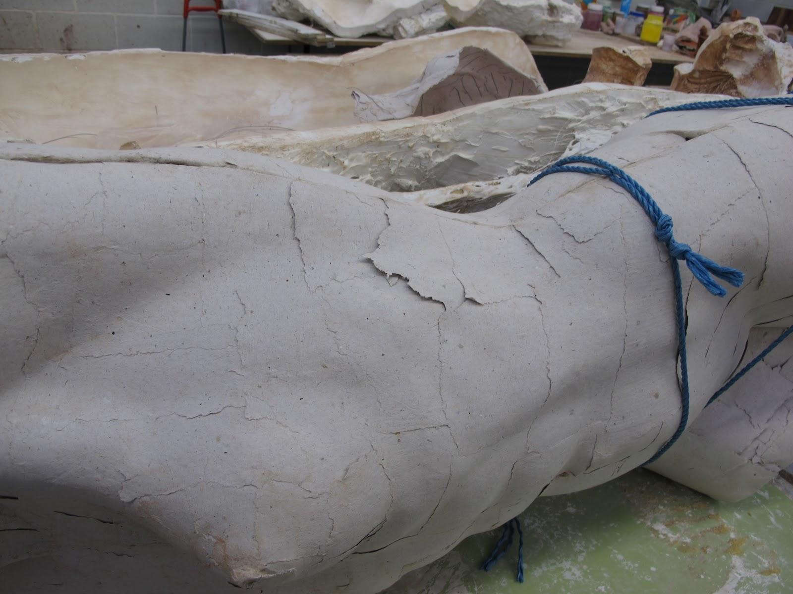 pero qu entendemos por cartn piedrao por la tcnica de papel mache las dos hacen servir moldes de escayola ya que este hace la funcin de esponja