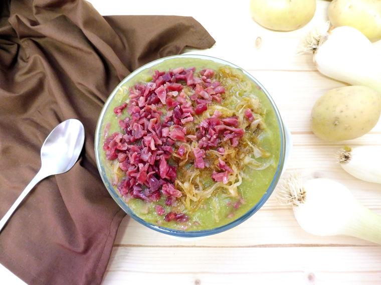 Crema de judías verdes con jamón y cebolla confitada