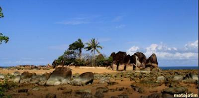 batu purba raksasa yang tertata rapi terlihat eksotis