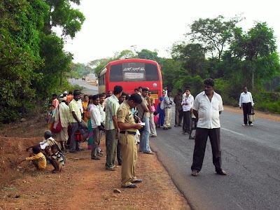 Поломавшийся автобус на дороге в Индии